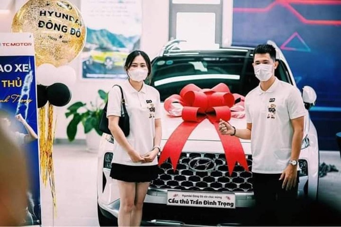 Đình Trọng và bạn gái sắm xe sang tiền tỷ Ảnh 2