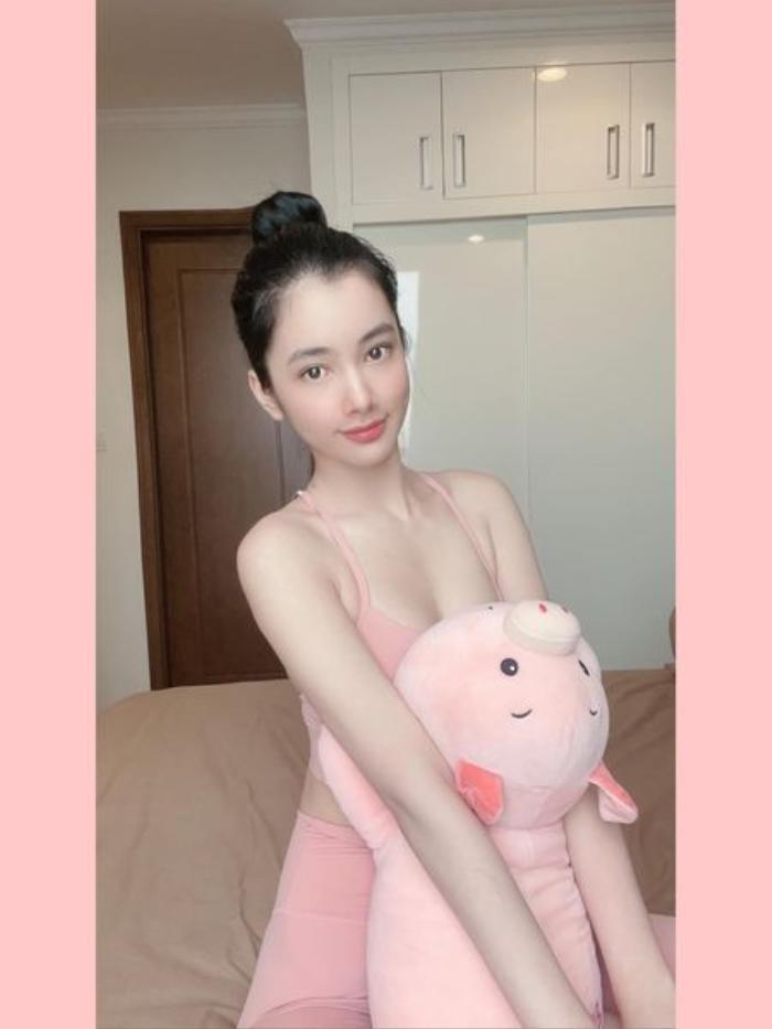 Cẩm Đan mặc set đồ tập 'mỏng dính', Minh Tú khoe eo thon ngực đầy trong loạt ảnh tại gia Ảnh 5