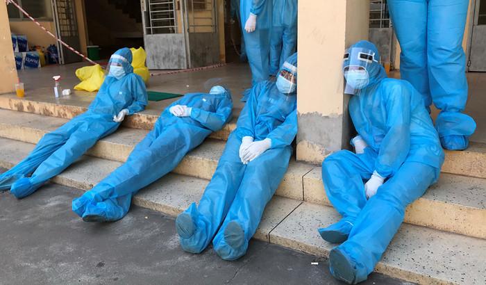 Khoảnh khắc các chiến sĩ áo trắng căng thẳng giành giật sự sống cho bệnh nhân mắc Covid-19 Ảnh 1