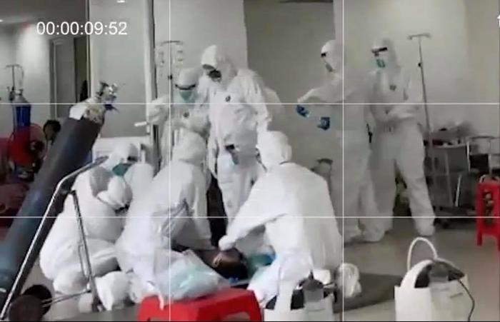 Khoảnh khắc các chiến sĩ áo trắng căng thẳng giành giật sự sống cho bệnh nhân mắc Covid-19 Ảnh 2