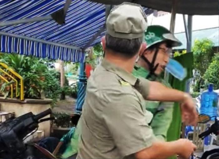 Xuất hiện clip ghi lại cảnh 2 bảo vệ tổ dân phố tát vào mặt, liên tục lăng mạ shipper tại chốt phong tỏa Ảnh 1