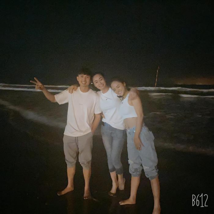 Loạt ảnh hậu trường mới của 'Hương vị tình thân': Đám cưới ngoài trời, cả nhà còn cùng nhau đi biển