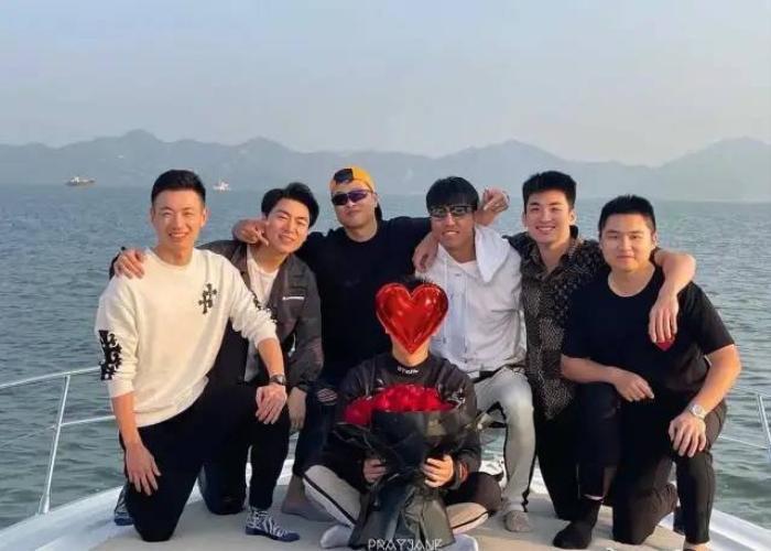 Trương Triết Hạn cặp kè bên gái lạ, cử chỉ thân mật quá mức khiến netizen nghi ngờ