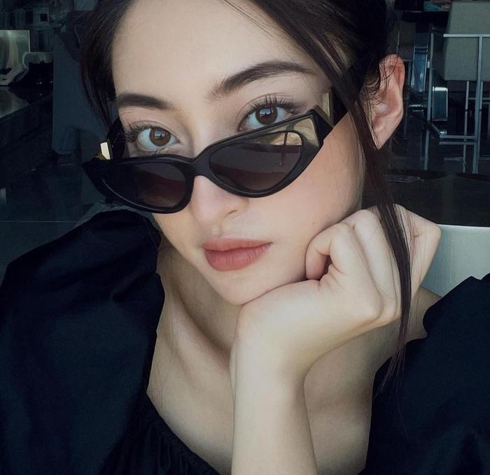 Hoa hậu Lương Thùy Linh mặc trang phục đàn ông nam tính, cuối tuần ở nhà đọc sách Ảnh 4