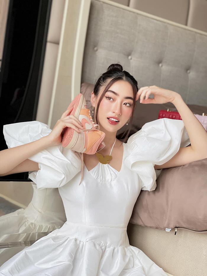 Hoa hậu Lương Thùy Linh mặc trang phục đàn ông nam tính, cuối tuần ở nhà đọc sách Ảnh 3