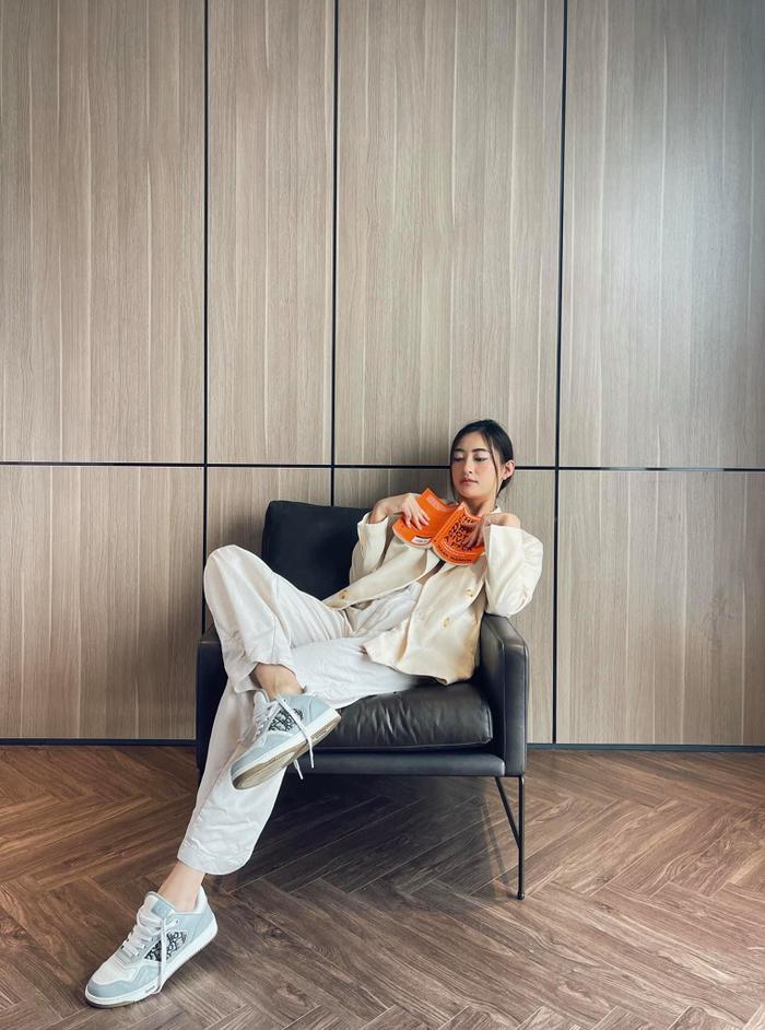 Hoa hậu Lương Thùy Linh mặc trang phục đàn ông nam tính, cuối tuần ở nhà đọc sách Ảnh 2