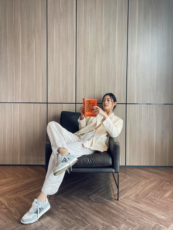 Hoa hậu Lương Thùy Linh mặc trang phục đàn ông nam tính, cuối tuần ở nhà đọc sách Ảnh 1