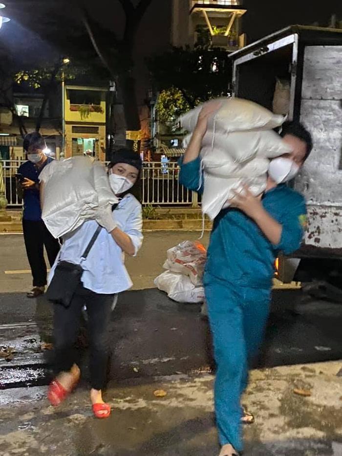 Sau đêm nhạc hát trước 10.000 F0, Phương Thanh lăn xả vác hàng trăm kg gạo cứu trợ người dân Sài Gòn Ảnh 2