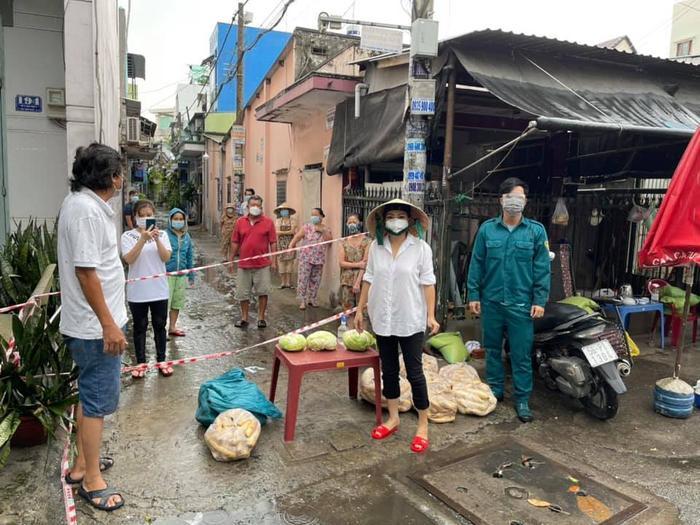 Sau đêm nhạc hát trước 10.000 F0, Phương Thanh lăn xả vác hàng trăm kg gạo cứu trợ người dân Sài Gòn Ảnh 1