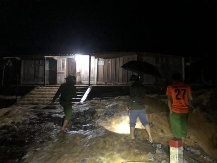 Mưa lớn kéo dài gây ngập lụt ở huyện vùng cao Nghệ An Ảnh 1