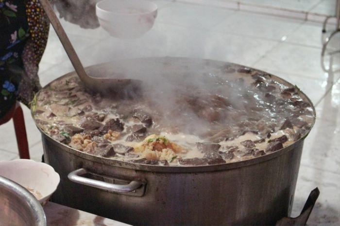 Món cháo 'nội tạng' ăn kèm bún lạ miệng, chỉ bán vài tiếng/ngày ở An Giang Ảnh 3