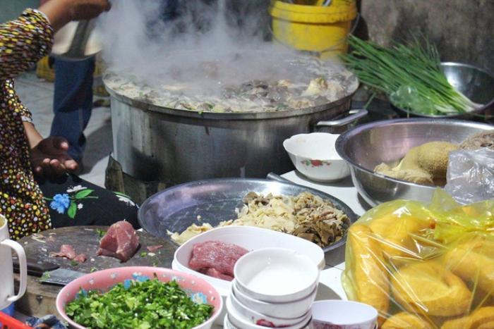 Món cháo 'nội tạng' ăn kèm bún lạ miệng, chỉ bán vài tiếng/ngày ở An Giang Ảnh 4