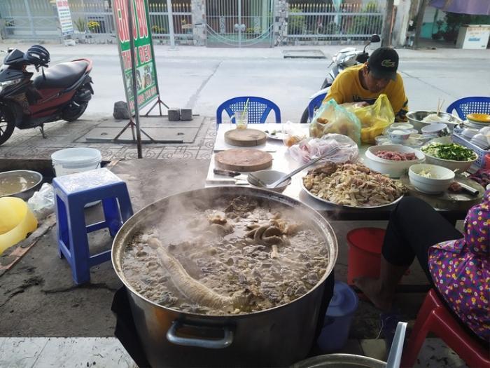 Món cháo 'nội tạng' ăn kèm bún lạ miệng, chỉ bán vài tiếng/ngày ở An Giang Ảnh 2