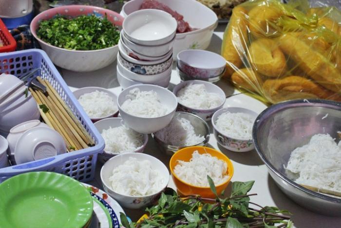 Món cháo 'nội tạng' ăn kèm bún lạ miệng, chỉ bán vài tiếng/ngày ở An Giang Ảnh 6