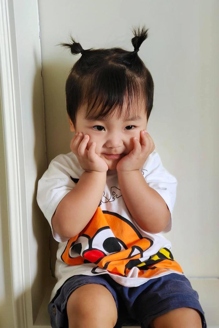 Con trai Hoà Minzy ngã ngửa ra phía sau khiến nhiều người thót tim Ảnh 1