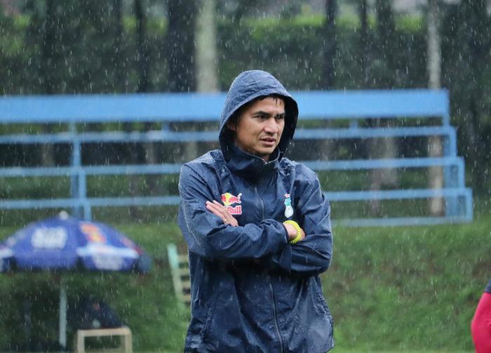 Thấy gì khi HLV Kiatisak cho HAGL đội mưa luyện tập mỗi ngày? Ảnh 1