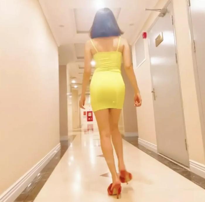 Thả dáng catwalk điên đảo ở hành lang, Lệ Quyên bị fan trách toàn zoom vào 'bàn tọa' Ảnh 2