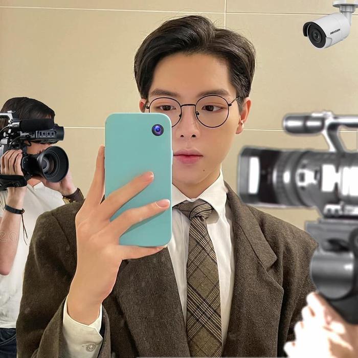 Cứ selfie là bị hỏi camera đâu, Đức Phúc được fan 'lắp' hẳn mấy cái để 'cà khịa' ngược lại netizen