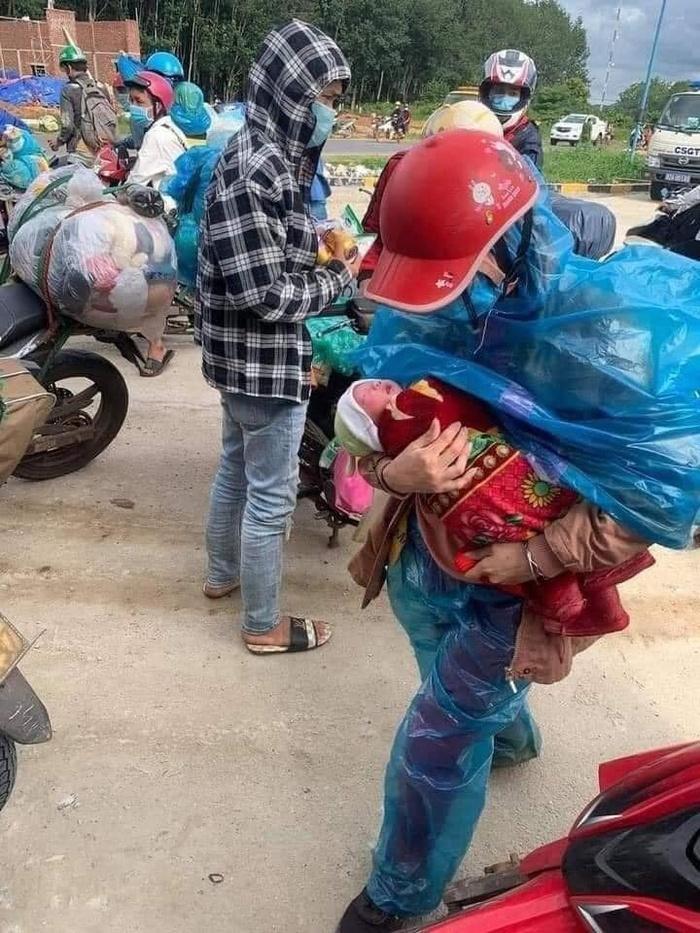 Cặp vợ chồng bế con 10 ngày tuổi đi xe máy vượt hơn 1.400 km từ Bình Dương về Nghệ An vì thất nghiệp Ảnh 1