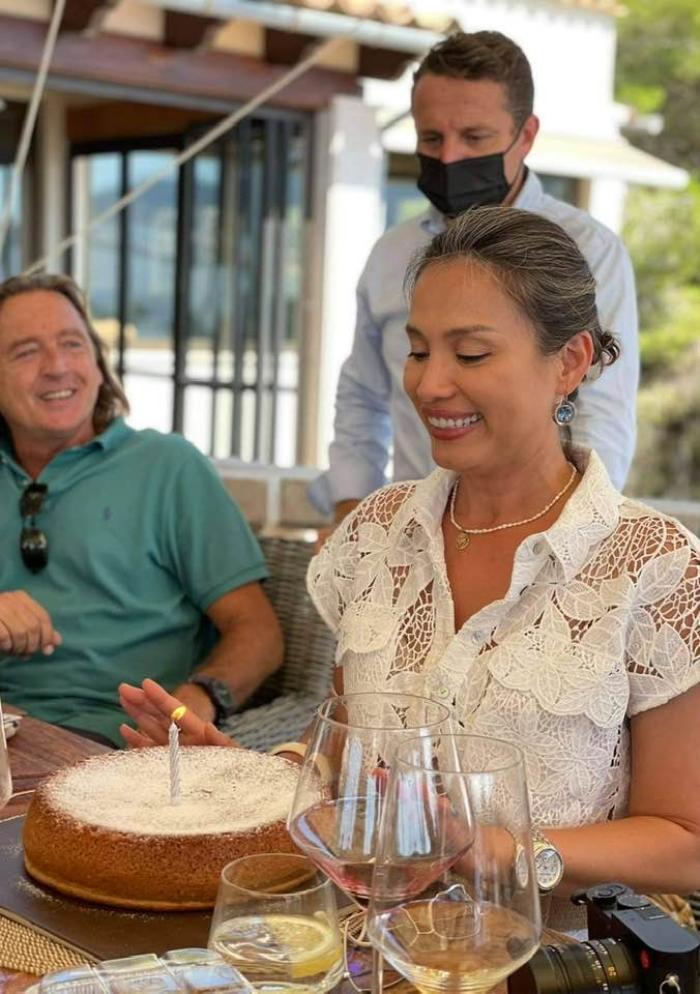 Hoa hậu Ngọc Khánh mặc giản dị ăn mừng sinh nhật bên cạnh chồng Tây Ảnh 2