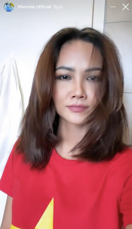 Bắt chước trên mạng, Hoa hậu H'Hen Niê tự cắt tóc tại nhà và cái kết phì cười Ảnh 2