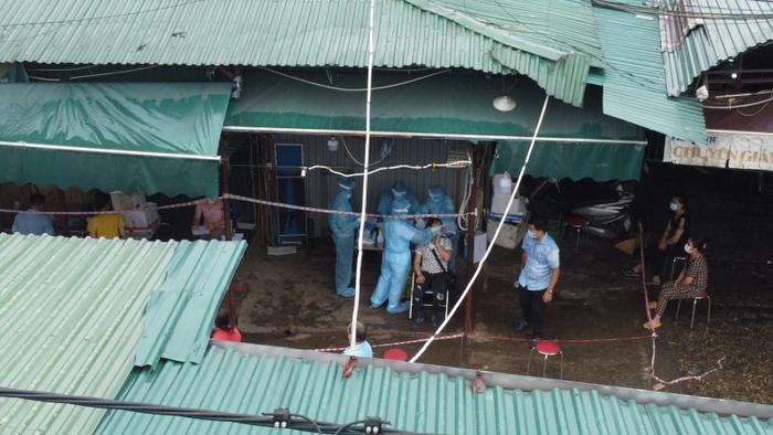Video: Tiểu thương chợ Phùng Khoang chờ lấy mẫu xét nghiệm sau khi phát hiện ca dương tính SARS-CoV-2 Ảnh 13