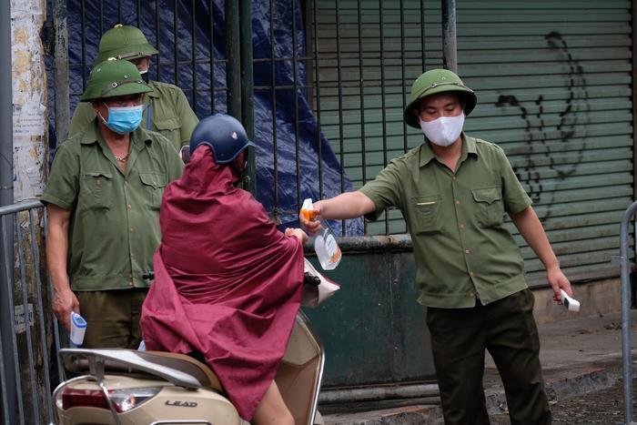 Video: Tiểu thương chợ Phùng Khoang chờ lấy mẫu xét nghiệm sau khi phát hiện ca dương tính SARS-CoV-2 Ảnh 5