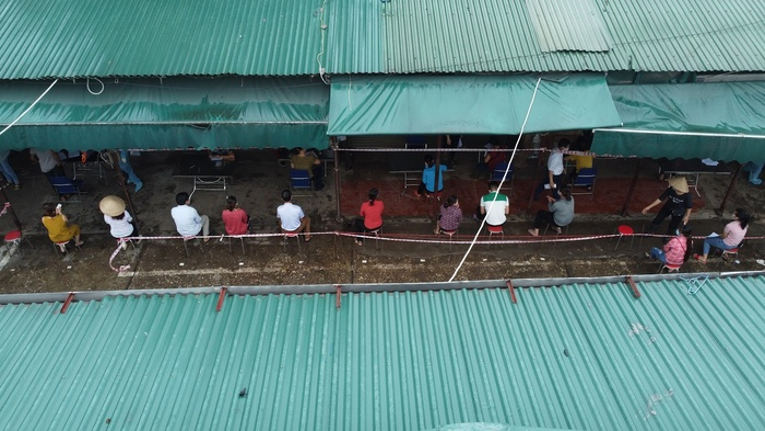 Video: Tiểu thương chợ Phùng Khoang chờ lấy mẫu xét nghiệm sau khi phát hiện ca dương tính SARS-CoV-2 Ảnh 10