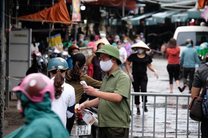 Video: Tiểu thương chợ Phùng Khoang chờ lấy mẫu xét nghiệm sau khi phát hiện ca dương tính SARS-CoV-2 Ảnh 4