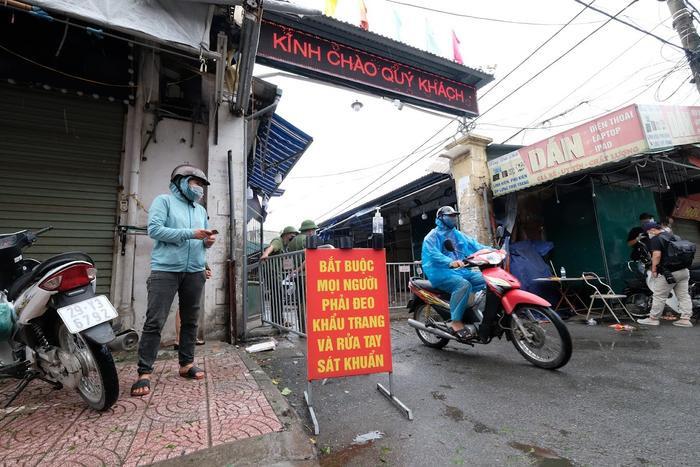 Video: Tiểu thương chợ Phùng Khoang chờ lấy mẫu xét nghiệm sau khi phát hiện ca dương tính SARS-CoV-2 Ảnh 3