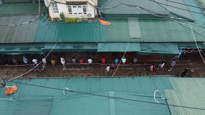Video: Tiểu thương chợ Phùng Khoang chờ lấy mẫu xét nghiệm sau khi phát hiện ca dương tính SARS-CoV-2 Ảnh 11