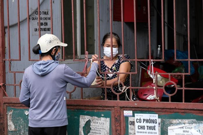 Video: Tiểu thương chợ Phùng Khoang chờ lấy mẫu xét nghiệm sau khi phát hiện ca dương tính SARS-CoV-2 Ảnh 8