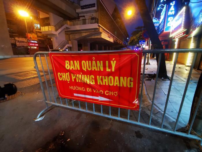 Video: Tiểu thương chợ Phùng Khoang chờ lấy mẫu xét nghiệm sau khi phát hiện ca dương tính SARS-CoV-2 Ảnh 1
