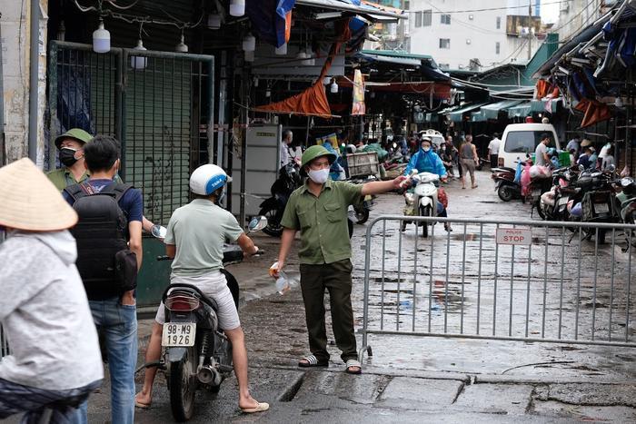 Video: Tiểu thương chợ Phùng Khoang chờ lấy mẫu xét nghiệm sau khi phát hiện ca dương tính SARS-CoV-2 Ảnh 7
