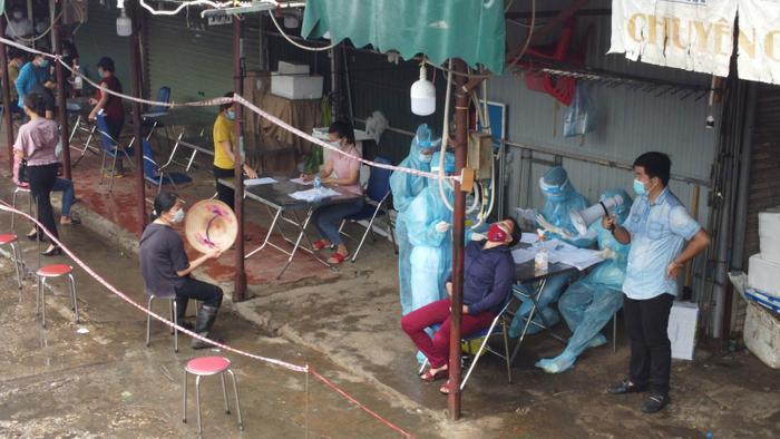 Video: Tiểu thương chợ Phùng Khoang chờ lấy mẫu xét nghiệm sau khi phát hiện ca dương tính SARS-CoV-2 Ảnh 15