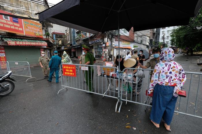 Video: Tiểu thương chợ Phùng Khoang chờ lấy mẫu xét nghiệm sau khi phát hiện ca dương tính SARS-CoV-2 Ảnh 6