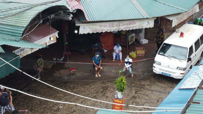 Video: Tiểu thương chợ Phùng Khoang chờ lấy mẫu xét nghiệm sau khi phát hiện ca dương tính SARS-CoV-2 Ảnh 16