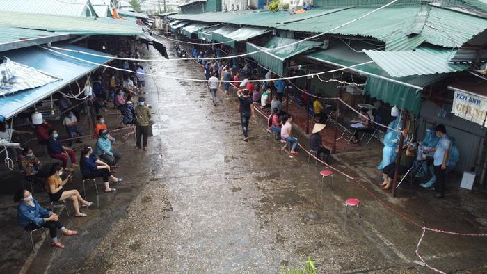 Video: Tiểu thương chợ Phùng Khoang chờ lấy mẫu xét nghiệm sau khi phát hiện ca dương tính SARS-CoV-2 Ảnh 9