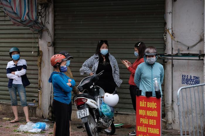 Video: Tiểu thương chợ Phùng Khoang chờ lấy mẫu xét nghiệm sau khi phát hiện ca dương tính SARS-CoV-2 Ảnh 12