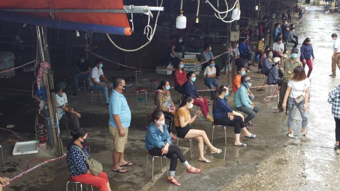 Video: Tiểu thương chợ Phùng Khoang chờ lấy mẫu xét nghiệm sau khi phát hiện ca dương tính SARS-CoV-2 Ảnh 14