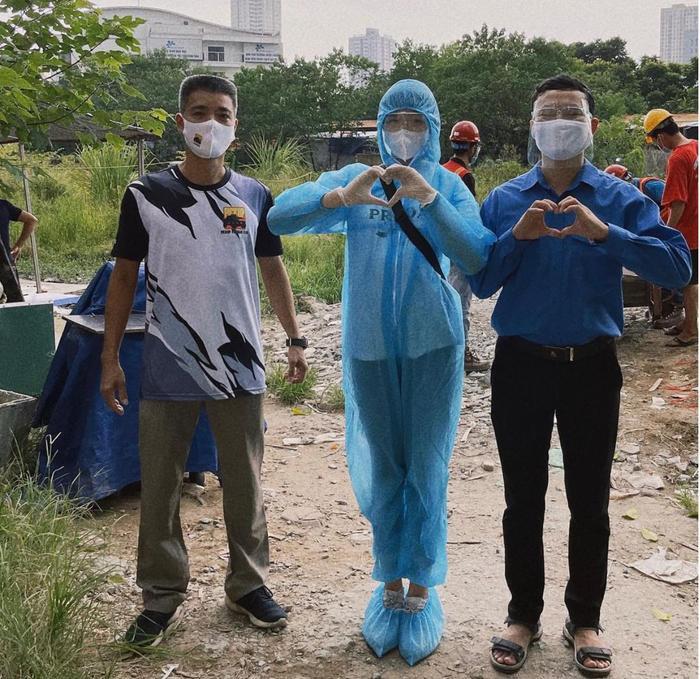 Hoa hậu Đỗ Thị Hà mặc đồ bảo hộ đi phát cơm cho người nghèo Ảnh 6
