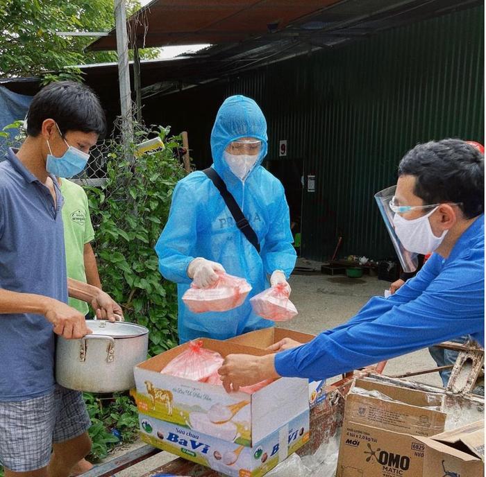 Hoa hậu Đỗ Thị Hà mặc đồ bảo hộ đi phát cơm cho người nghèo Ảnh 4