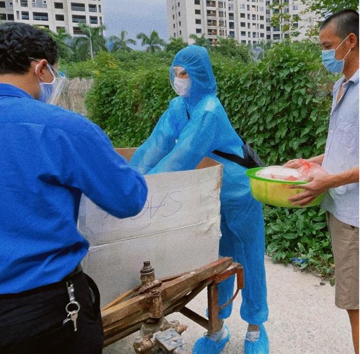 Hoa hậu Đỗ Thị Hà mặc đồ bảo hộ đi phát cơm cho người nghèo Ảnh 2
