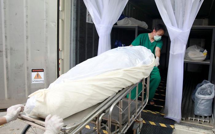 Nhà xác quá tải, bệnh viện Thái Lan phải dùng container lưu trữ các thi thể Covid-19 Ảnh 1