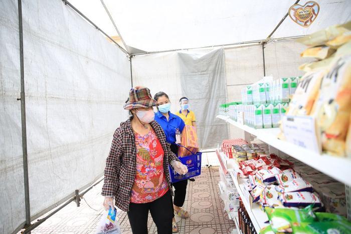 'Siêu thị 0 đồng' đầu tiên tại Hà Nội chính thức mở cửa phục vụ người dân bị ảnh hưởng bởi dịch Covid-19 Ảnh 9