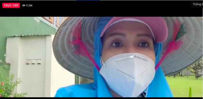 Chồng đội mưa làm từ thiện, Việt Hương xót xa: Ở Mỹ làm thầy giáo ngon lành, giờ khuân vác thấy thương Ảnh 1