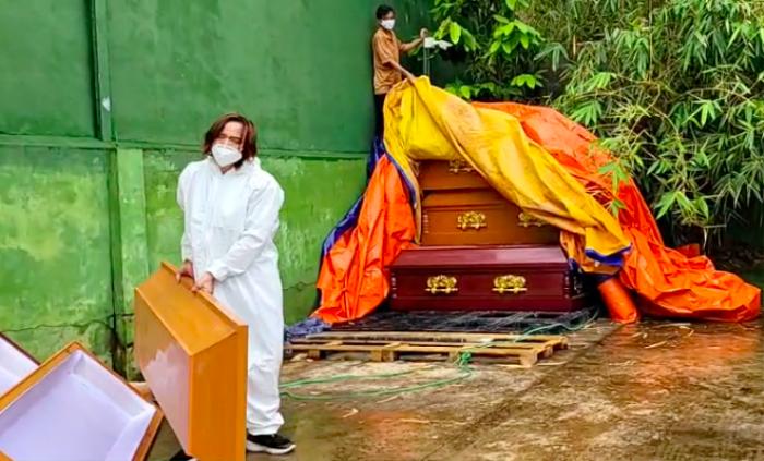 Chồng đội mưa làm từ thiện, Việt Hương xót xa: Ở Mỹ làm thầy giáo ngon lành, giờ khuân vác thấy thương Ảnh 3