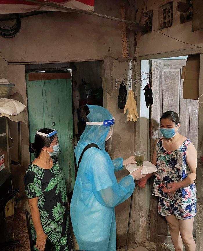 Hoa hậu Đỗ Mỹ Linh cùng Đỗ Thị Hà, Lương Thùy Linh hỗ trợ người vô gia cư mùa Covid-19 Ảnh 9