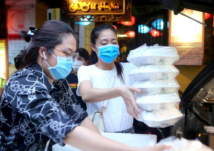 Hoa hậu Đỗ Mỹ Linh cùng Đỗ Thị Hà, Lương Thùy Linh hỗ trợ người vô gia cư mùa Covid-19 Ảnh 5