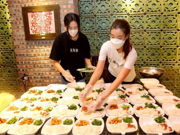 Hoa hậu Đỗ Mỹ Linh cùng Đỗ Thị Hà, Lương Thùy Linh hỗ trợ người vô gia cư mùa Covid-19 Ảnh 2